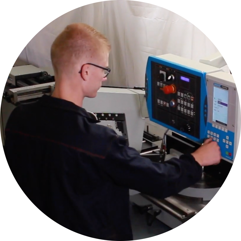 Patrick aan het werk met instellen machine Posthumus Machines